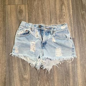 Distressed 501 Levi shorts mid waist